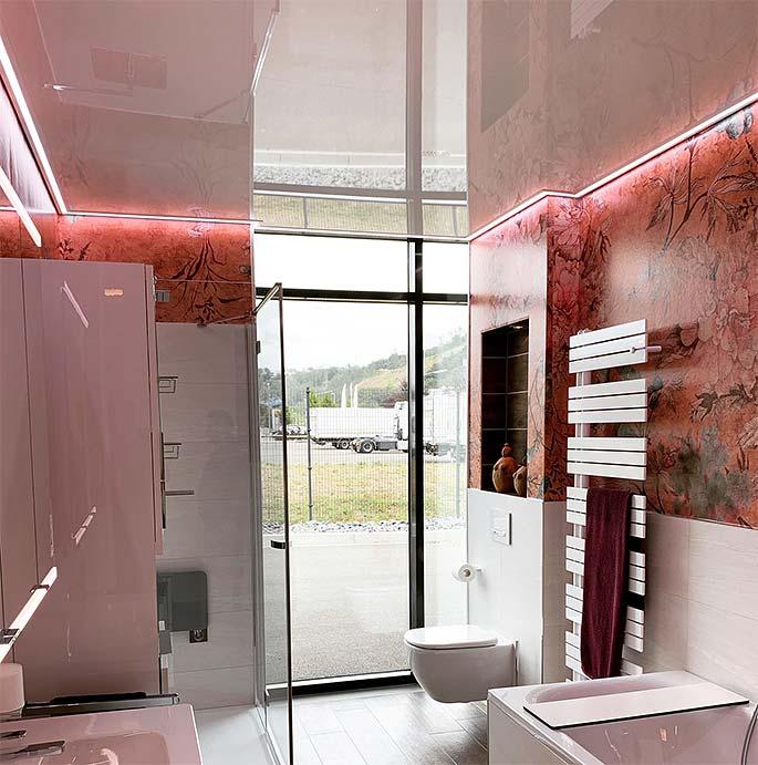 Weiße Badezimmerdecke mit LED-Beleuchtung umlaufend