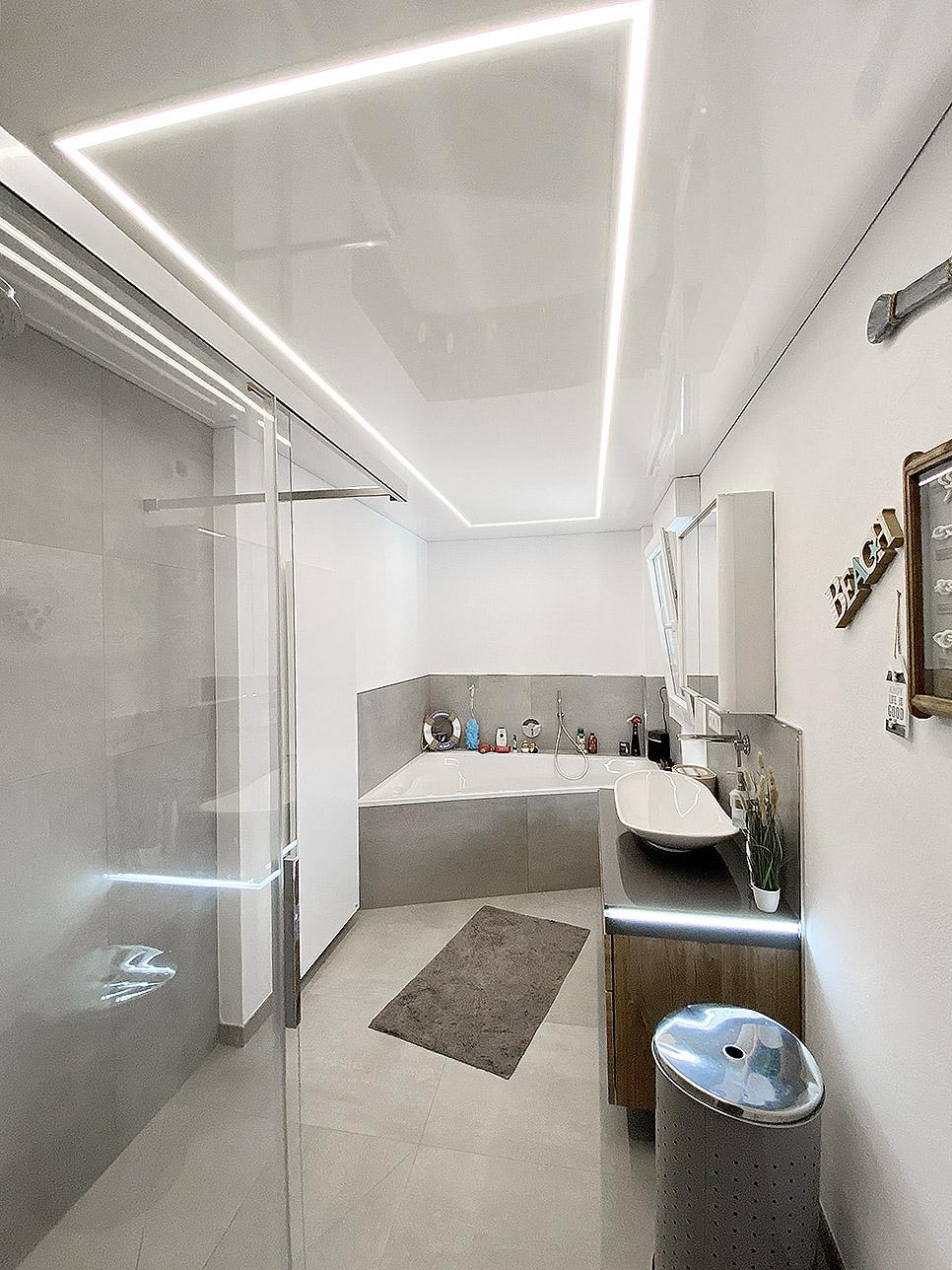 Badezimmer mit LED-Beleuchtung im Aluprofil
