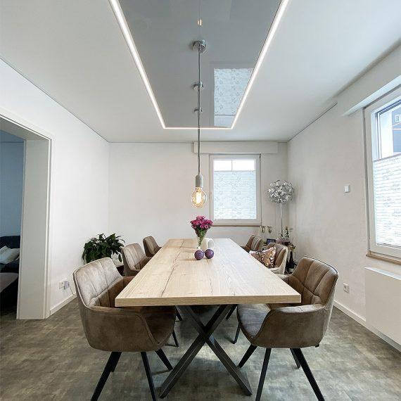 Lichtelement mit Pendelleuchten über dem Esstisch