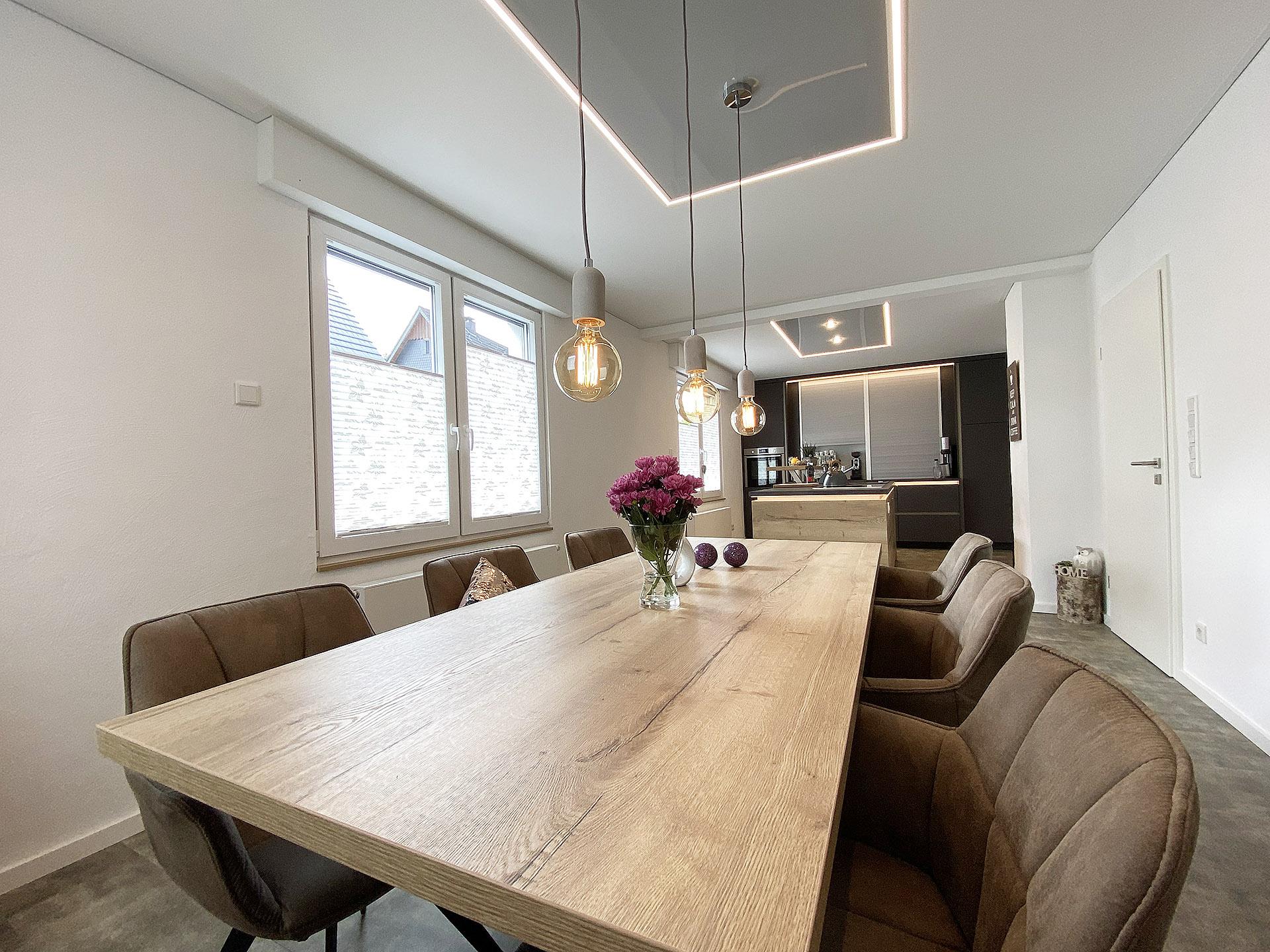 Esstisch mit Pendelleuchten und LED-Lichtelement von Plameco Siegen