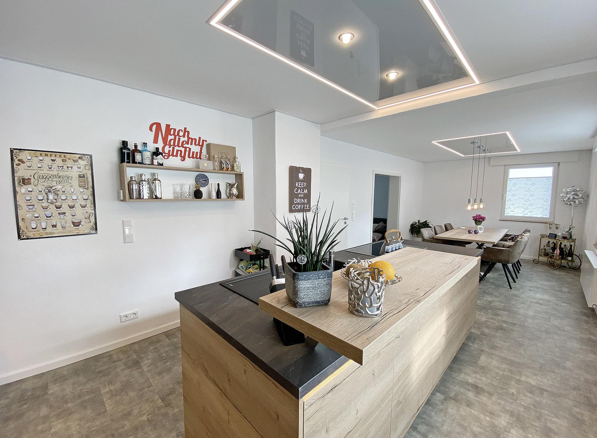 Küchenblock mit Hochglanz-Lichtelement von Plameco Siegen
