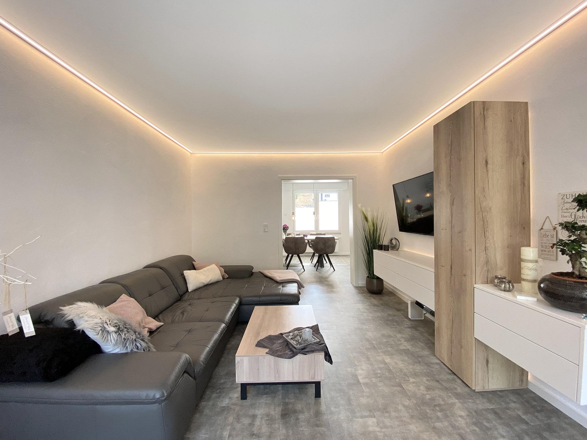 Wohnzimmerdecke mit LED-Randbeleuchtung von Plameco