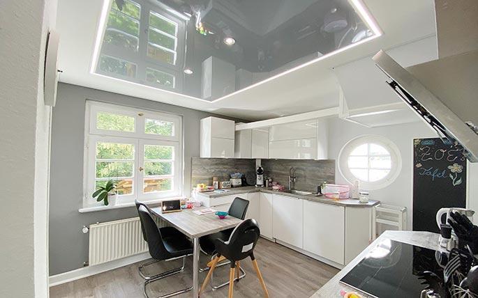 Küchendecke mit Innenfeld in Hochglanz-Grau