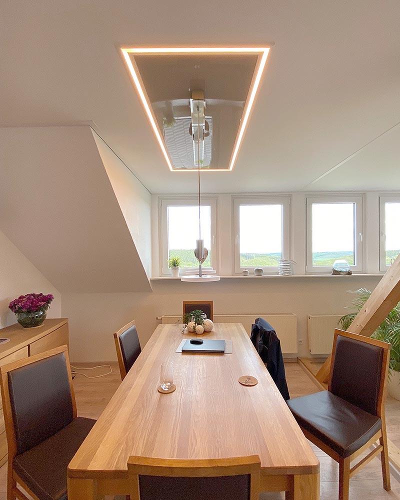 Esstisch mit Lichtelement und hochglänzendem Innenfeld
