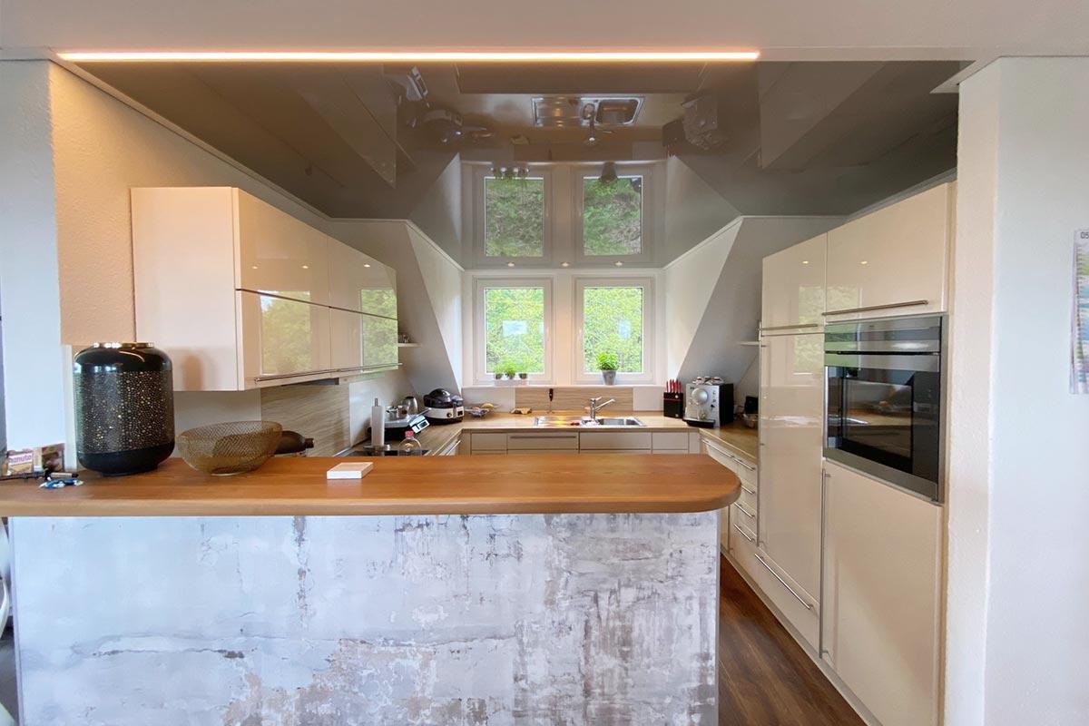 Blick in die Küche - hier treffen matte und glänzende Decke aufeinander