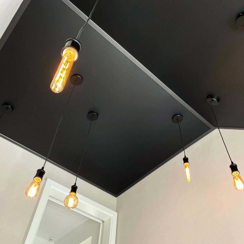 Schwarz-Matte Decke mit herabhängenden LED-Leuchten